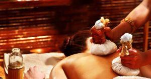 massage-ayurvedique-avec-tampons-chauds-contenant-des-plantes-7364-1200-630