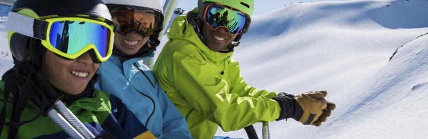58d35c6a27e591 Aux sports d hiver, il est indispensable de porter des lunettes de soleil,  pour se protéger des UV particulièrement nocifs en altitude.